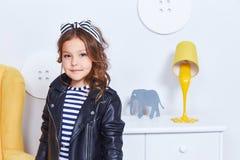 Ritratto del sorriso sveglio b riccia del bambino della piccola piccola ragazza graziosa di signora Fotografie Stock Libere da Diritti