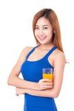 Ritratto del succo d'arancia bevente della giovane donna fotografia stock