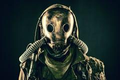 Ritratto del superstite apocalittico della posta in maschera antigas Fotografia Stock Libera da Diritti