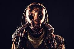 Ritratto del superstite apocalittico della posta in maschera antigas Fotografie Stock