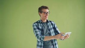 Ritratto del tipo allegro che prende selfie con divertiresi della macchina fotografica dello smartphone video d archivio