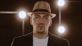 Ritratto del tipo attraente che esegue un beatbox archivi video
