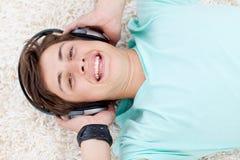 Ritratto del tirante teenager che ascolta la musica Fotografia Stock