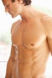 Ritratto del torso muscolare nudo del giovane fotografia stock libera da diritti