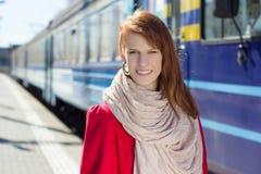 Ritratto del treno aspettante della bella donna sul binario fotografie stock