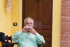 Ritratto del tubo di fumo italiano dell'uomo senior Immagini Stock