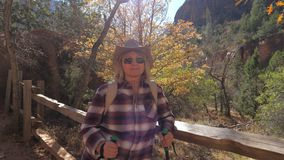 Ritratto del turista della donna con trekking Pali che stanno al recinto Fotografia Stock