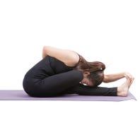 Ritratto del vestito d'uso del corpo nero della donna asiatica che si siede nell'yoga fotografia stock