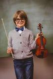 Ritratto del violino sveglio della tenuta del ragazzino Fotografia Stock Libera da Diritti