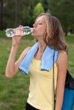 Ritratto dell'acqua potabile della giovane donna Fotografia Stock Libera da Diritti