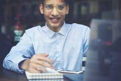 Ritratto dell'adolescente astuto in occhiali che ricreano dopo le lezioni Fotografia Stock