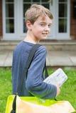 Ritratto dell'adolescente che consegna giornale alla Camera Fotografia Stock