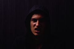 Ritratto dell'adolescente con l'espressione seria e la maglia con cappuccio nera Immagini Stock Libere da Diritti