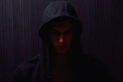 Ritratto dell'adolescente con l'espressione seria e la maglia con cappuccio nera Fotografia Stock Libera da Diritti