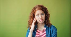 Ritratto dell'adolescente preoccupato che sta toccante fronte infelice che esamina macchina fotografica archivi video
