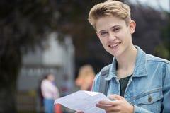 Ritratto dell'adolescente soddisfatto dei risultati dell'esame Fotografie Stock Libere da Diritti