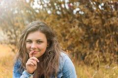Ritratto dell'adolescente sorridente pensieroso Fotografia Stock Libera da Diritti