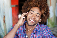 Ritratto dell'afroamericano che ascolta la musica Immagine Stock