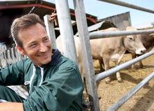 Ritratto dell'agricoltore che si rilassa dal granaio Fotografia Stock