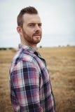 Ritratto dell'agricoltore che sta nel campo Fotografie Stock Libere da Diritti
