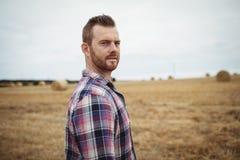 Ritratto dell'agricoltore che sta nel campo Immagine Stock