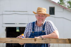 Ritratto dell'agricoltore che tiene poco agricoltore del giocattolo Fotografia Stock Libera da Diritti