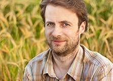 Ritratto dell'agricoltore davanti al suo giacimento di grano Fotografie Stock Libere da Diritti