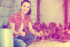 Ritratto dell'agricoltore della giovane donna che tiene le uova fresche in mani dentro lui Fotografie Stock