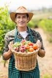 Ritratto dell'agricoltore felice che tiene un canestro delle verdure Fotografie Stock