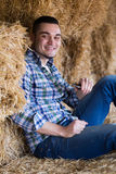 Ritratto dell'agricoltore felice con il telefono Fotografia Stock