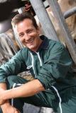 Ritratto dell'agricoltore felice in granaio Fotografia Stock