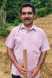 Ritratto dell'agricoltore locale che posa sulla piantagione di tè Immagini Stock