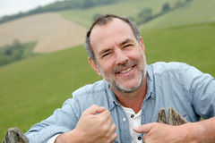 Ritratto dell'agricoltore senior sorridente nei campi Immagine Stock Libera da Diritti
