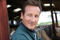 Ritratto dell'agricoltore sorridente che sta nel granaio Immagine Stock Libera da Diritti