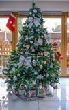 Ritratto dell'albero di Natale con disposizione d'argento e dell'insieme in una vita immagini stock