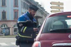 Ritratto dell'alcool di controllo del poliziotto sui driver nella via fotografia stock libera da diritti