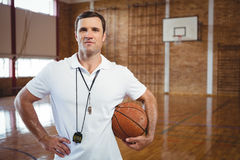 Ritratto dell'allenatore di pallacanestro sicuro Fotografie Stock