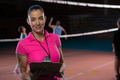 Ritratto dell'allenatore femminile lavagna per appunti di pallavolo della tenuta Fotografia Stock Libera da Diritti