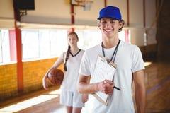Ritratto dell'allenatore maschio con il giocatore di pallacanestro Fotografie Stock