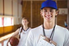 Ritratto dell'allenatore maschio sorridente con il giocatore di pallacanestro Fotografie Stock