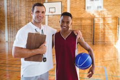 Ritratto dell'allenatore sorridente giocatore di pallacanestro Fotografie Stock
