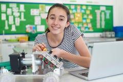 Ritratto dell'allievo femminile che studia robotica nella lezione di scienza Fotografia Stock Libera da Diritti