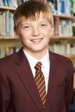 Ritratto dell'allievo maschio della scuola elementare in uniforme Fotografie Stock Libere da Diritti