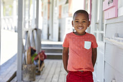 Ritratto dell'allievo maschio fuori dell'aula alla scuola di Montessori Fotografie Stock
