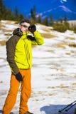 Ritratto dell'alpinista con le montagne nei precedenti Fotografie Stock