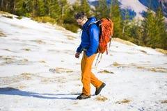 Ritratto dell'alpinista con le montagne nei precedenti Fotografia Stock