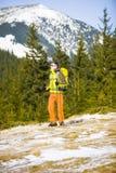 Ritratto dell'alpinista con le montagne nei precedenti Immagine Stock Libera da Diritti