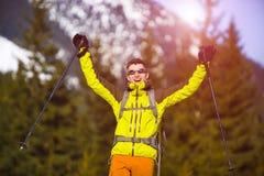 Ritratto dell'alpinista con le montagne nei precedenti Fotografia Stock Libera da Diritti