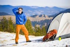 Ritratto dell'alpinista con le montagne nei precedenti Immagini Stock