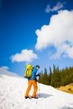 Ritratto dell'alpinista con le montagne nei precedenti Fotografie Stock Libere da Diritti